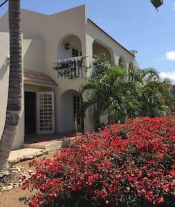 Island Hotspot Villa, 800 Yrds from Palm Beach - Casa