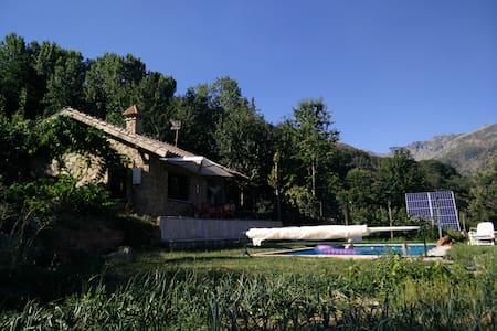 Chalet con piscina en plena naturaleza. - House