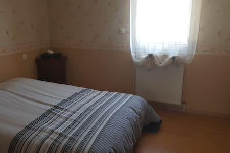 Jolie chambre dans quartier calme, à 6 kms de Caen - Hus