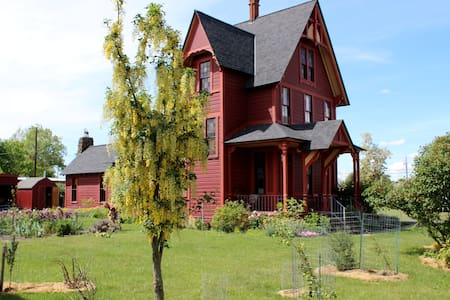 Charming and Eclectic Historic Red House - Goldendale