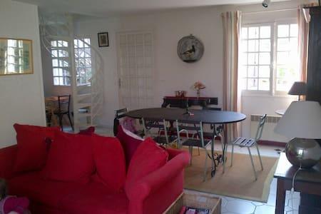 Loue maison de charme 80m²2 chambres à Villerville - Şehir evi
