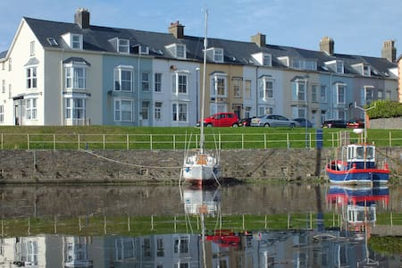 Harbour-side 3 bedroom Apartment - Appartement