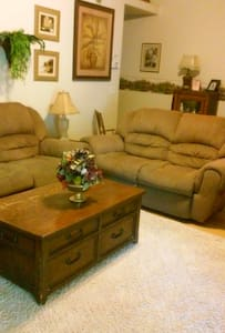comfy newer area close to town. - Montrose - House
