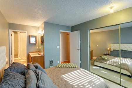 Nice Master Bedroom in DT Kirkland