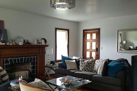 Cute Space in a Quiet & Hip Area - Ház