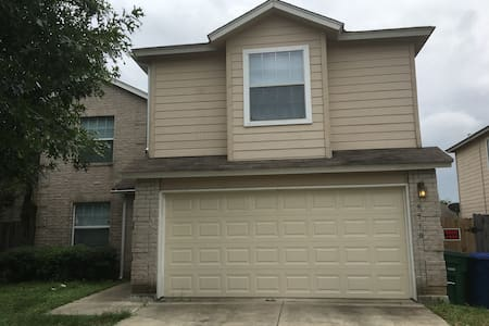 Space#5, one TWIN size AM, near bus and SeaWorld. - San Antonio - Casa