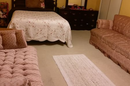 Private room and bath with wifi - Gaithersburg - 一軒家