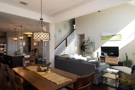 Guest room in luxurious modern home w/own bath - Austin - Maison