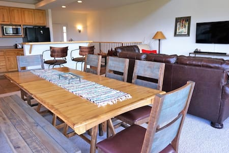 New! Freshly-Furnished Grand Getaway - Townhouse