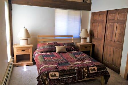 Master Bedroom with Private Bath - Συγκρότημα κατοικιών