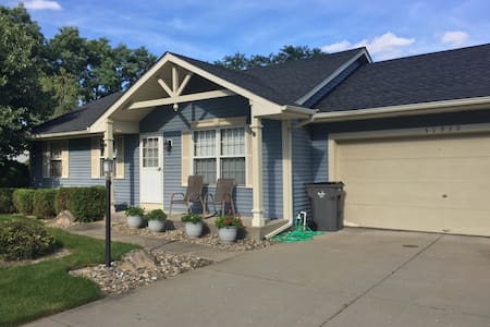 Clean quiet home, 10 minutes from campus - South Bend