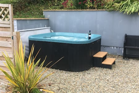 Cosy Retreat with relaxing hottub and bikes! - Cenarth