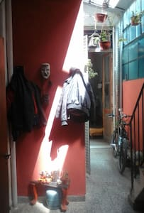 sublet big room in old house across Subway stop - Buenos Aires - Casa