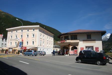Hotel Acla-Filli Schlafzimmer - Zernez - Aamiaismajoitus