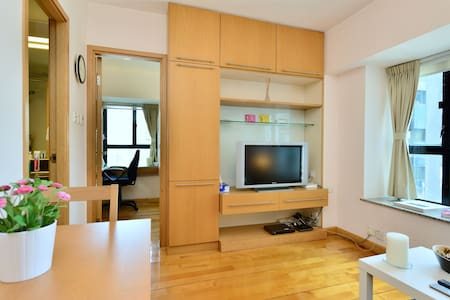 High floor flat with lobby security in the heart of Hong Kong's exciting SOHO area with a rich choice of restaurants and bars. The one bedroom flat has a sofa-bed and can accommodate up to four guests. Convenient shopping is nearby on Caine Road.