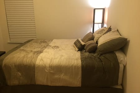 Nice queen size bed in private room - Summerville - Casa