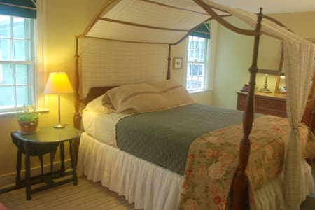 Old Story Farm B&B: 1821 Queen Room - Penzion (B&B)