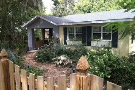 A Romantic Cottage in a Lush Garden - Mount Dora