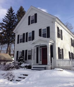CHARMING HOME IN WALPOLE- SLEEPS 10 - Walpole