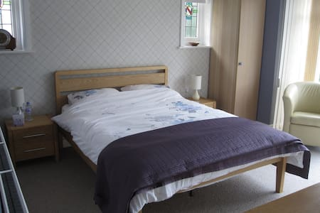 Large Airy Room with En-suite shower room and TV - Bournemouth - House