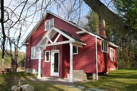Sweet 1930s Cottage (lake, woods)