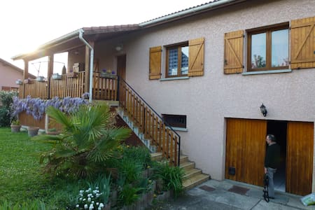 A family home with garden on a small quiet estate - Saint-Priest - Bed & Breakfast