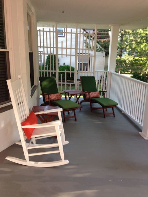 Large private front porch,