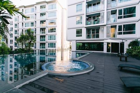超值!24小時入住BTS Sukhumvit@全新超豪華超舒適雙人房,享受無邊際游泳池 - 公寓