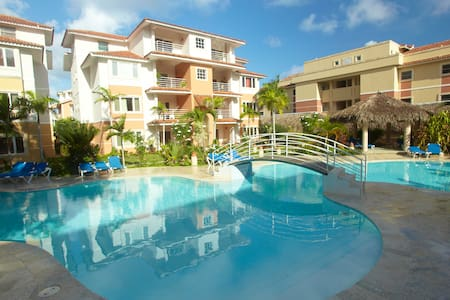 Of a 75 m2 area, this apartment offers a living room with open kitchen, a separate bedroom and a lovely balcony overlooking the swimming pool.    Single or as a couple, you will enjoy its comfort and its setting.