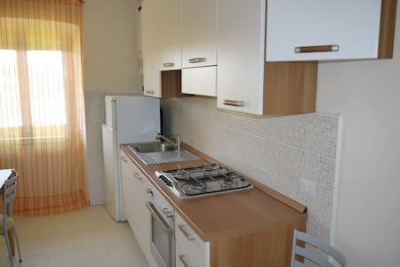2 locali + servizi arredato - Wohnung