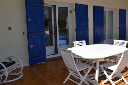 (110m2) Ground floor of villa, with terrace and garden 500m2. 5 mn walking to the typically provençal village, 25 mn from Marseille and 20mn from the sea (car), it is a fresh house that we have pleasure to find after ride and beach.