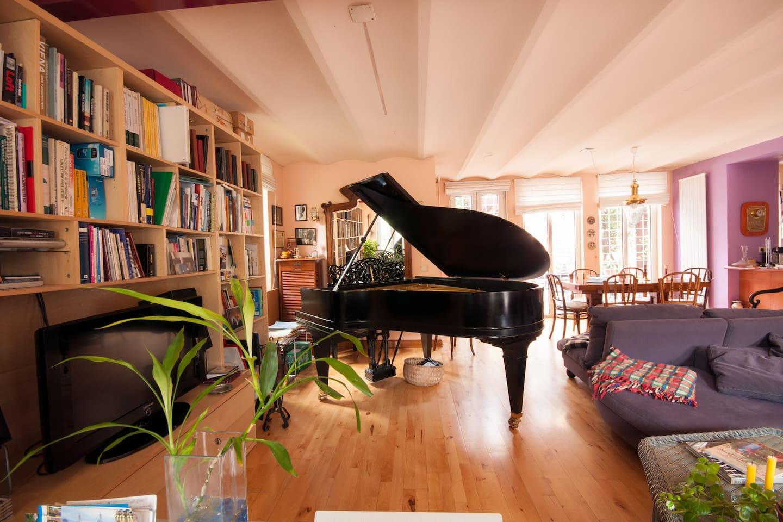 En un gran espacio abierto: el salón, el comedor y la cocina y la subida a los dormitorios, con acceso directo al patio y al jadín.
