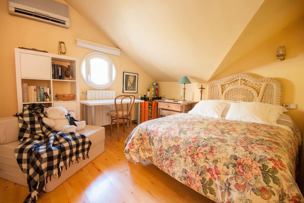 Su dormitorio, luminoso y amplio, con vista al jardín, zona de trabajo y aire acondicionado
