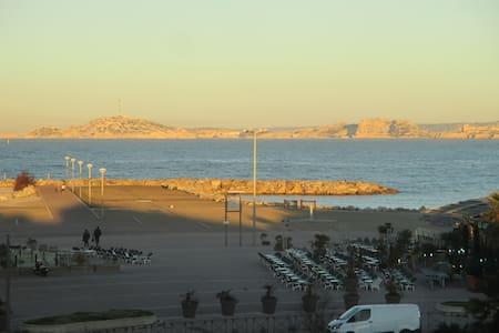 face à la mer meditérrannée - Marseille - Byt