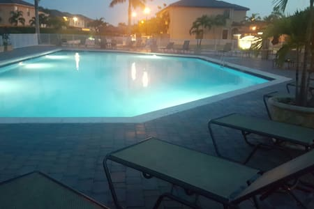 Private Room in Shared Condo Free Parking/Pool - Doral - Condominium