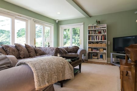 Beautiful, Light, Clean Room in 1920s Home - Royal Oak - House