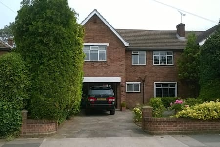 Lovely 4 Bed Home -Nr. Golf Course & Fishing Lake. - Upminster - Casa