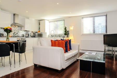 Contemporary Apartment with Parking - London - Apartemen
