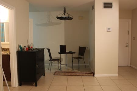 1 Bedroom w/On site Pool & Close To Beach - Wohnung