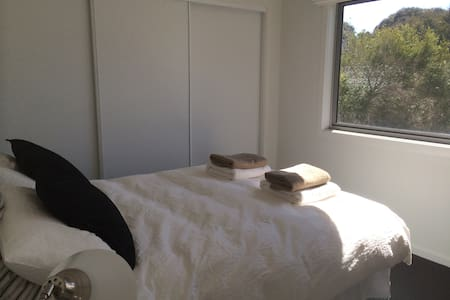 Modern Beach House Retreat  - Inverloch - Bed & Breakfast