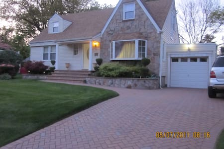 Convenient Affordable Room in NY - Westbury - House