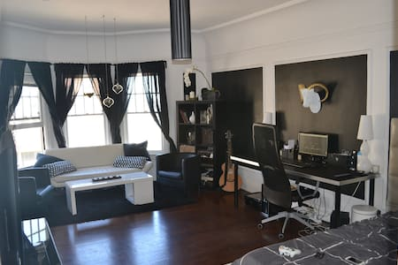 Large studio in the ♥ of the city!
