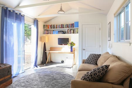 Detached studio cottage is equipped with a kitchenette and full bath. Perfect for the single business traveler or a couple. Near public transportation (300yds to ECR bus/1.5mi to CalTrain). Memory foam mattress topper for pull-out bed = great sleep.