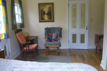 Lovely light filled room with porch - Ashland - Hus