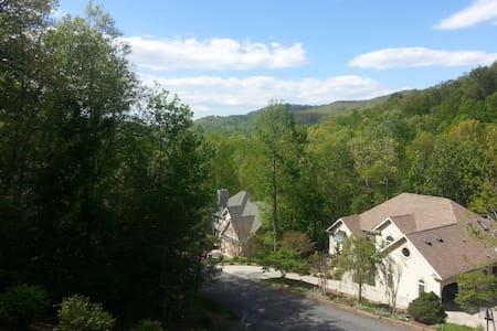 Mountain view, quiet neighborhood - Hendersonville - House