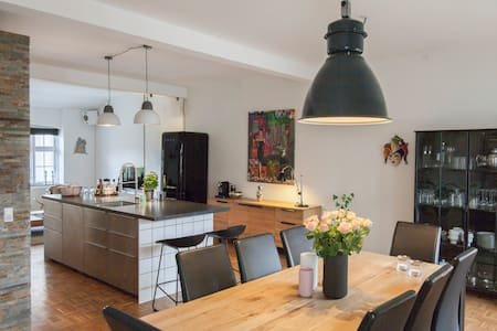 Lovely Newyorker apartment 100 meters from the beautiful Frederiksberg garden, located in the old royal porcelain factory. The apartment is a large room with an open kitchen. There is a bedroom and in the livingroom two more people can sleep.