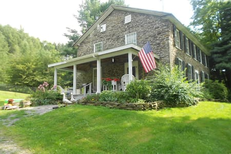 200 yr old Stone Farmhouse w/barn  - Dom