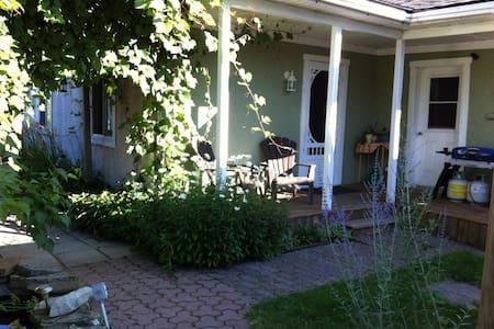 Maison champêtre dans vieux Chambly - Ház