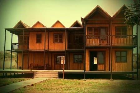 Iroko Villa: Ghana beach house - Talo
