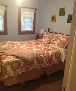 Downtown Bedroom and Living Area - Clemson - Maison